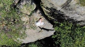 A metragem aérea, noiva está na borda do abismo Penhascos altos s imagens de stock