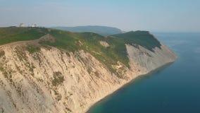 Metragem aérea, parte da terra no mar, vista bonita do monte gramíneo, movimento lento filme