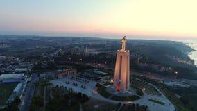 Metragem aérea santuário iluminado de Cristo o rei em Lisboa vídeos de arquivo