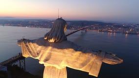 Metragem aérea santuário iluminado do monumento de Cristo o rei vídeos de arquivo