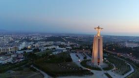 Metragem aérea santuário iluminado do monumento de Cristo o rei filme