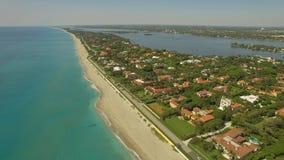 Metragem aérea Voando acima do Palm Beach, do lugar luxuoso para viver e das férias video estoque