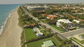 Metragem aérea Voando acima do Palm Beach, do lugar luxuoso para viver e das férias vídeos de arquivo