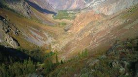 Metragem aérea Voo sobre um cume e um vale da montanha 4K Terreno rochoso vídeos de arquivo