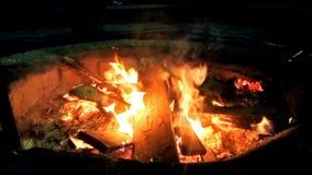 Metragem ascendente próxima do fogo na noite filme