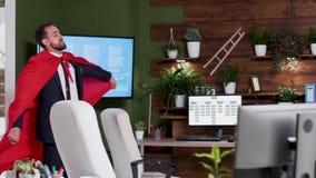 Metragem conceptual do homem de negócios que veste um cabo vermelho video estoque