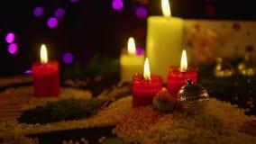 Metragem da decoração do Natal com queimadura e presente da vela filme