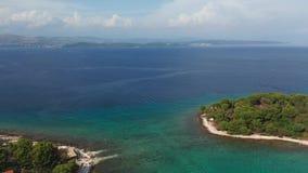 Metragem da lagoa azul no mar de adriático, Croácia do zangão da vista aérea vídeos de arquivo