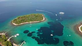 Metragem da lagoa azul no mar de adriático, Croácia do zangão da vista aérea video estoque