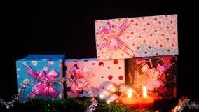 Metragem de caixas de presente do movimento com queimadura da vela e Natal do ornamento vídeos de arquivo