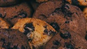 Metragem de cookies caseiros dos pedaços de chocolate vídeos de arquivo
