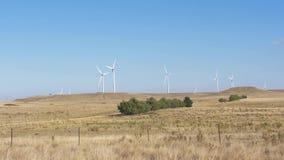 Metragem de 60FPS 4k das turbinas eólicas em Austrália video estoque