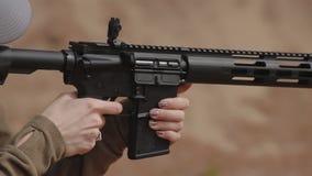 Metragem de HD Mulher que dispara em uma carabina, fim acima video estoque