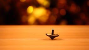 Metragem de madeira superior do hd do bokeh do ouro da tabela do brinquedo do chicoteamento vídeos de arquivo