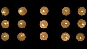 Metragem de quinze velas que queimam-se com vento de sopro em um fundo preto filme