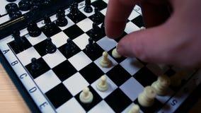 Metragem de um jogo de xadrez, ideal da metragem para representar a estratégia, violência e racismo video estoque