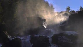 Metragem de uma cachoeira rochosa em um luminoso vídeos de arquivo