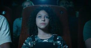Metragem de uma moça que olha um filme vídeos de arquivo