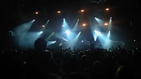 Metragem de uma multidão que partying em um concerto de rocha