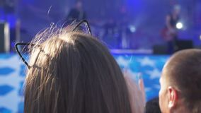 Metragem de uma multidão que partying em um concerto de rocha filme