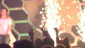 Metragem de uma multidão que partying em um clube noturno video estoque