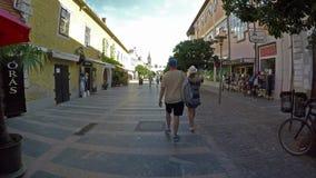 Metragem de uma rua principal de uma cidade pequena, Keszthely do lapso de tempo em Hungria video estoque