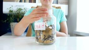 Metragem do close up 4k do dinheiro da economia da jovem mulher a pagar por créditos e por empréstimos filme