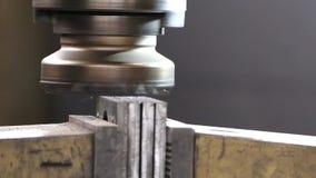 Metragem do close-up do metal que processa na máquina de trituração filme