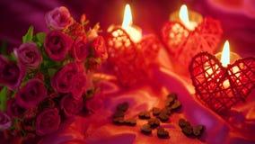 Metragem do dia de são valentim da decoração com queimadura da flor e da vela vídeos de arquivo