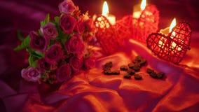 Metragem do dia de são valentim da decoração com queimadura da flor e da vela video estoque