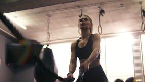 Metragem do exercício fêmea das cordas da batalha vídeos de arquivo