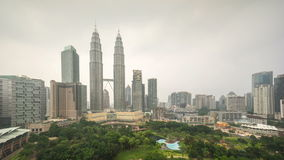 metragem do lapso de tempo 4k do dia obscuro nebuloso ao por do sol da noite em Kuala Lumpur City vídeos de arquivo