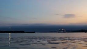 Metragem do lapso de tempo de um navio de cruzeiros grande em Palamos, Aida Aura de Italia, comprimento 203m, 1497 passageiros, C filme