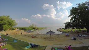 Metragem do lapso de tempo de uma praia em um lago Balaton no verão, vila Szigliget 08 24 Hungria 2018 vídeos de arquivo
