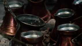 Metragem do movimento lento Café turco da fervura do processo tradicional em carvões vídeos de arquivo