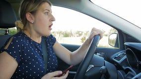 A metragem do movimento lento da jovem mulher obteve no acidente de trânsito ao conduzir e ao datilografar a mensagem no telefone video estoque