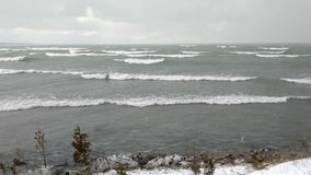 Metragem do tempo ativo - tempestade da neve do inverno no Lago Huron video estoque