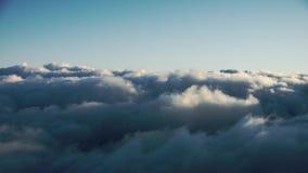 A metragem do tempo-lapso 4K da opinião de cabina do piloto de aviões que faz uma aproximação filme