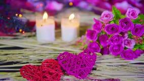 Metragem do Valentim da decoração com queimadura do ramalhete e da vela filme