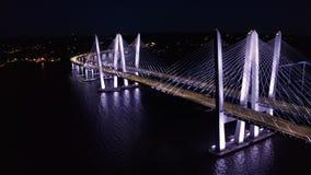 Metragem do zangão da ponte nova de Tappan Zee, na noite filme
