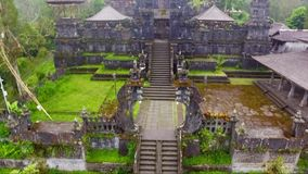 Metragem e vídeo aéreos do zangão do templo de Besakih na ilha de Bali filme