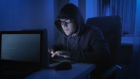 A metragem engraçada do homem finge ser hacker profissional video estoque