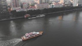 Metragem Guangzhou do zangão, China No barco do flutuador do rio filme