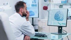 Metragem Handheld do neurologista profissional que olha a animação da varredura de cérebro 3D filme