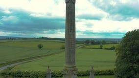 metragem 4K aérea do monumento alto ao 7o conde da parte externa York de Carlisle apenas em North Yorkshire de Inglaterra vídeos de arquivo