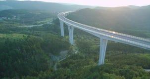metragem 4k aérea do tráfego sobre o viaduto no por do sol video estoque