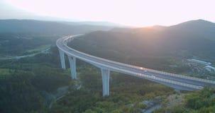 metragem 4k aérea do tráfego sobre o viaduto no por do sol vídeos de arquivo