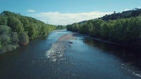 metragem 4k aérea, voando lentamente abaixo dos rios de Nova Zelândia vídeos de arquivo