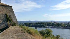 metragem 4K com vista panorâmica da fortaleza e do Danube River de Petrovaradin vídeos de arquivo