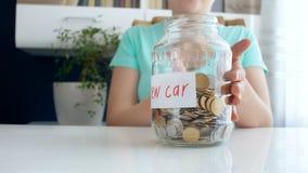 Metragem 4k conceptual da economia da jovem mulher e dinheiro da coleta para o carro novo filme